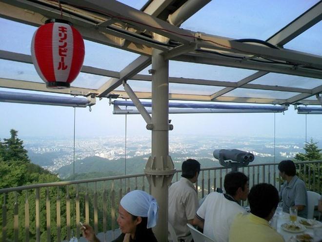 Núi bia Takao giống như một khu vườn bia. Đây là một địa điểm rất tuyệt để thưởng thức bia và ngắm phong cảnh của thành phố Tokyo. Có hẳn một chuyến tàu đưa các du khách lên núi.