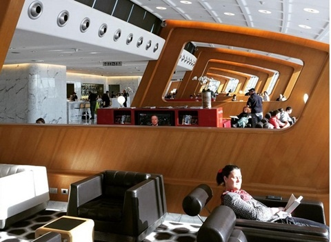 10 phong cho may bay sang trong nhat hanh tinh hinh anh 1 Qantas Airlines - Sydney  Đây được coi là một trong những hãng hàng không lớn mạnh nhất thế giới và dĩ nhiên họ đầu tư khá nhiều tiền dành cho phòng chờ hạng thương gia của mình. Bất kỳ ai đã một lần trải nghiệm những dịch vụ tiện nghi của phòng chờ của Qantas đều phải thừa nhận rằng họ khó có thể tìm được sự thoải mái như vậy ở nơi khác.  Ngoài những dịch vụ cơ bản như quán cà phê hay ăn nhẹ, phòng chờ của Qantas Airlines được yêu cầu trang bị thêm spa riêng, nhà tắm lớn cùng các cửa hàng ăn cá nhân.