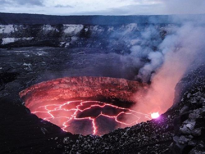 Chiem nguong ve dep cua vuon quoc gia nui lua Hawaii hinh anh 4 Vườn quốc gia núi lửa Hawaii nổi bật với Kilauea, một trong những ngọn núi lửa hoạt động tích cực nhất trên thế giới. Ảnh: moon.