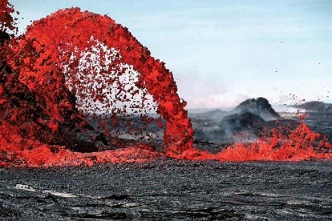 Chiem nguong ve dep cua vuon quoc gia nui lua Hawaii hinh anh 6 Mặc dù có thời điểm bị gián đoạn, nhưng núi lửa này đã phun ra những dòng dung nham màu cam nóng chảy. Ảnh: britannica.