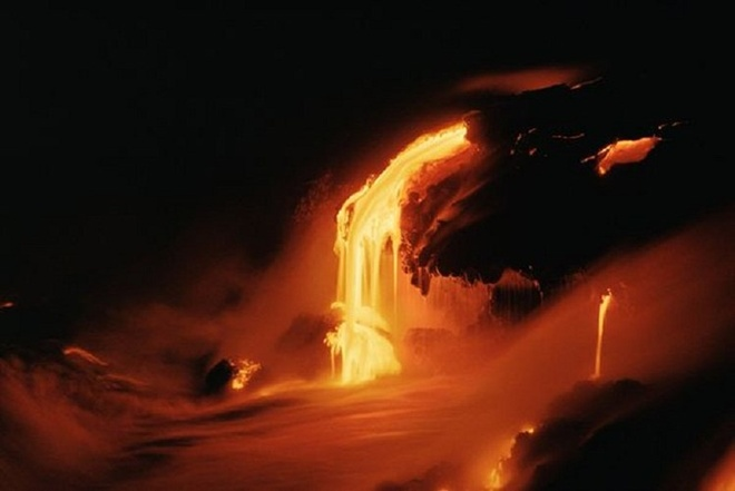 Chiem nguong ve dep cua vuon quoc gia nui lua Hawaii hinh anh 7 Núi lửa Kilauea phun trào khoảng 230.000 - 600.000 m3 dung nham mỗi ngày. Ảnh: nationalgeographic.