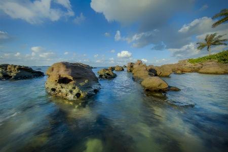 Ve dep hut hon cua bai Khem, Phu Quoc hinh anh 2 Trải dài thoai thoải hình vòng cung với một viền cát trắng nổi bật giữa màu xanh cây rừng và biển khơi lồng lộng, bãi Khem là một trong những bãi biển đẹp nhất Phú Quốc với cát trắng mịn như kem, nước xanh ngắt màu ngọc bích nhìn thấu đáy mang đến cảm giác thư thái lạ thường.