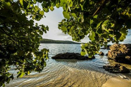 Ve dep hut hon cua bai Khem, Phu Quoc hinh anh 4 Không dài rộng phóng khoáng như bãi Trường hay một số bãi biển nổi tiếng khác trên đảo Ngọc, mà bãi Khem với đường cong quyến rũ làm say lòng du khách bởi triền cát trắng phau mê hoặc.