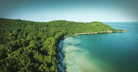 Ve dep hut hon cua bai Khem, Phu Quoc hinh anh 5 Cát biển nơi đây không mang màu vàng tươi hay vàng đậm ngả sang nâu như sắc biển nhiều vùng khác mà trắng mịn tựa như kem.