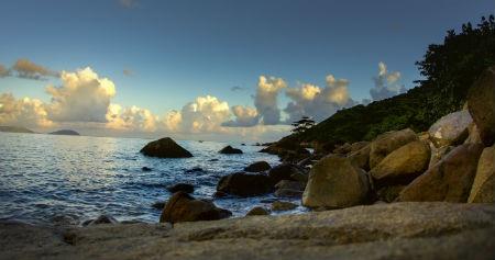 Ve dep hut hon cua bai Khem, Phu Quoc hinh anh 7 Đặc biệt, cạnh bãi Khem, du khách có thể ghé thăm Mũi Ông Đội với địa hình độc đáo hai mặt giáp biển. Ở vị trí hiếm có trên thế giới, Mũi Ông Đội là nơi duy nhất du khách có thể ngắm mặt trời mọc và lặn ở cùng một vị trí.