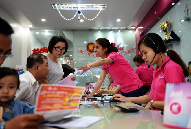 Nhân viên Công ty du lịch Việt hướng dẫn tour du lịch với khách hàng ngày 12-12 - Ảnh: Thanh Tùng.