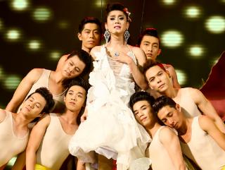 Lam Chi Khanh lien tuc gap su co trong liveshow de doi hinh anh