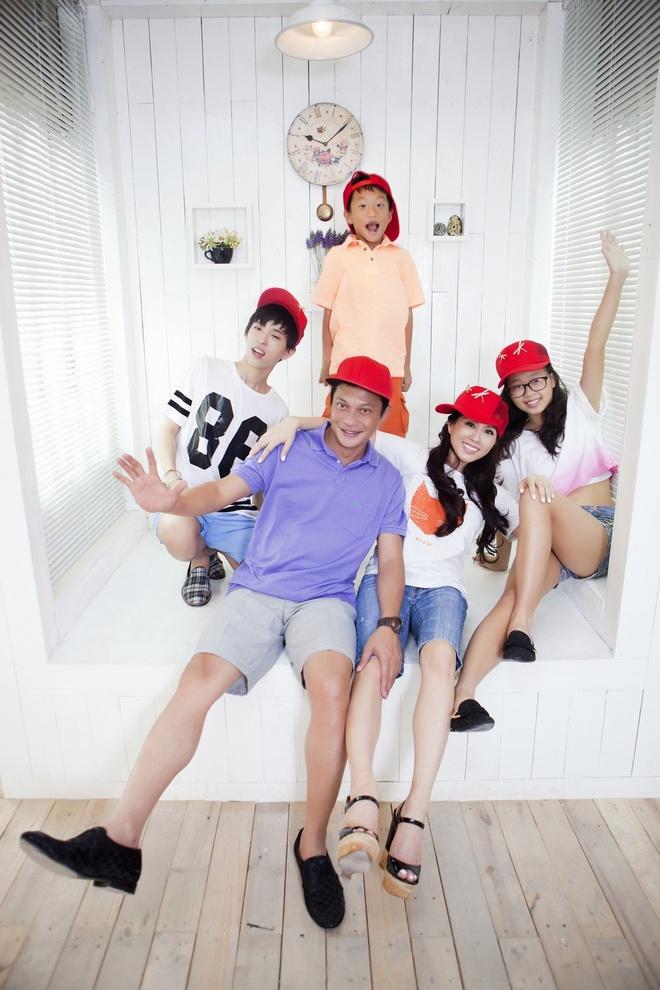 Gia đình hạnh phúc của hoa hậu Thu Hoài.