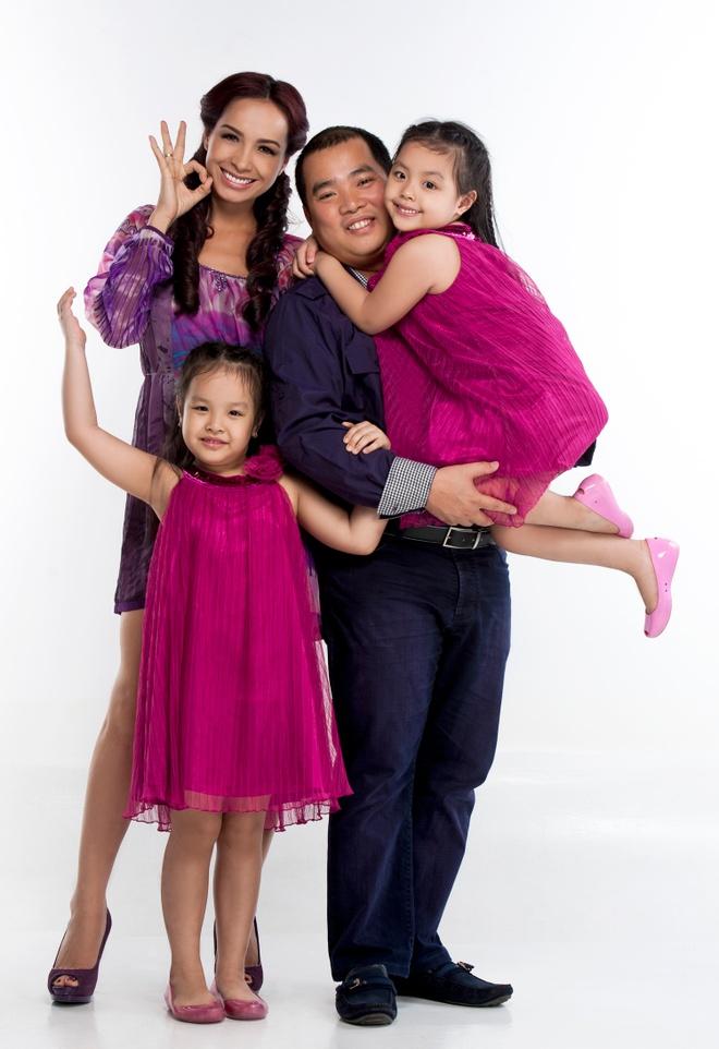Vợ chồng Thúy Hạnh - Minh Khang và hai cô con gái Suli - Suti.