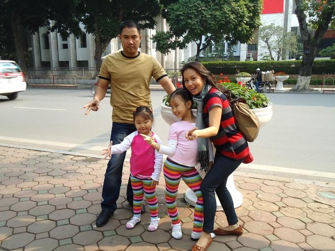 Gia đình ca sĩ Cẩm Ly - nhạc sĩ Minh Vy và hai con gái Cẩm Uyên - Cẩm Anh.