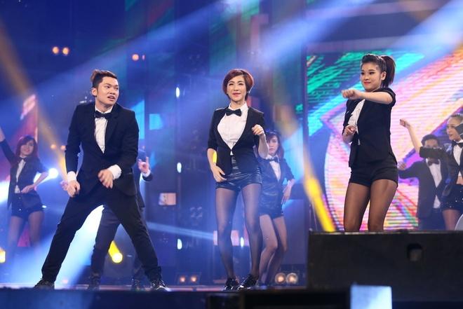 Chuyên gia Alex và top 3 xuất hiện trong tiếng reo hò cổ vũ của khán giả.