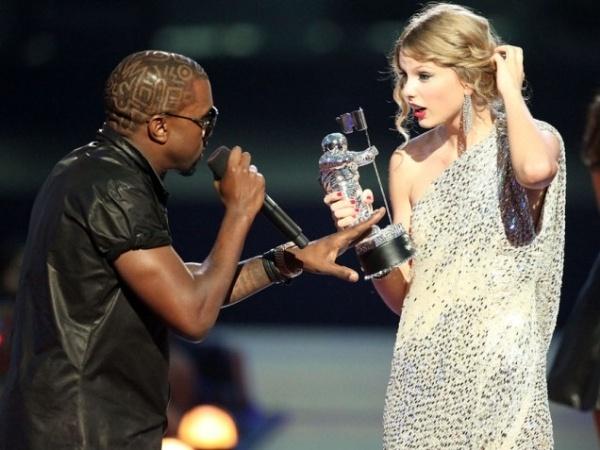 Su co 'muoi mat' cua sao Hollywood tren song truc tiep hinh anh 14 Cả khán phòng cảm thấy choáng và không thể thốt nên lời trước hành động vô văn hóa này của chàng rapper. Taylor Swift đã cảm thấy rất xấu hổ trong khi đó Beyonce lại rất bối rối khi điều này xảy ra. Là chương trình phát sóng trực tiếp nên scandal này của Kanye trở thành bão truyền thông và nhận