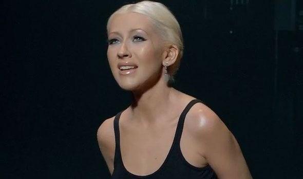 Su co 'muoi mat' cua sao Hollywood tren song truc tiep hinh anh 3 Tại Super Bowl XLV, nữ ca sĩ Christina Aguilera đã có sai lầm để đời trên sóng truyền hình khi hát sai lời bài hát