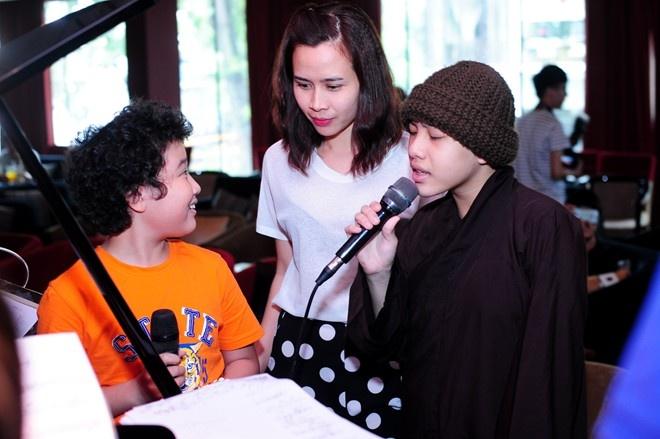Thien Nhan manh dan nam tay hot boy mat hi tren san khau hinh anh 2
