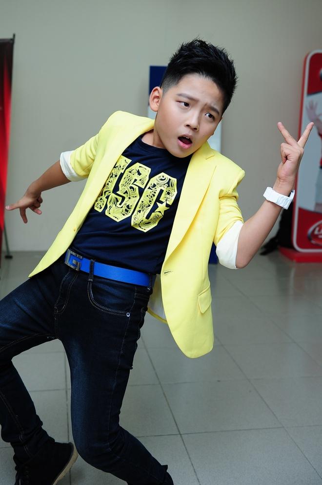 Thien Nhan manh dan nam tay hot boy mat hi tren san khau hinh anh 14