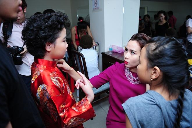 Thien Nhan manh dan nam tay hot boy mat hi tren san khau hinh anh 29