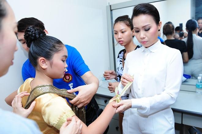 Thien Nhan manh dan nam tay hot boy mat hi tren san khau hinh anh 31