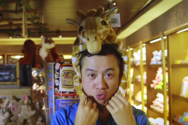 MC Anh Tuan tinh nghich khi di du lich Singapore hinh anh