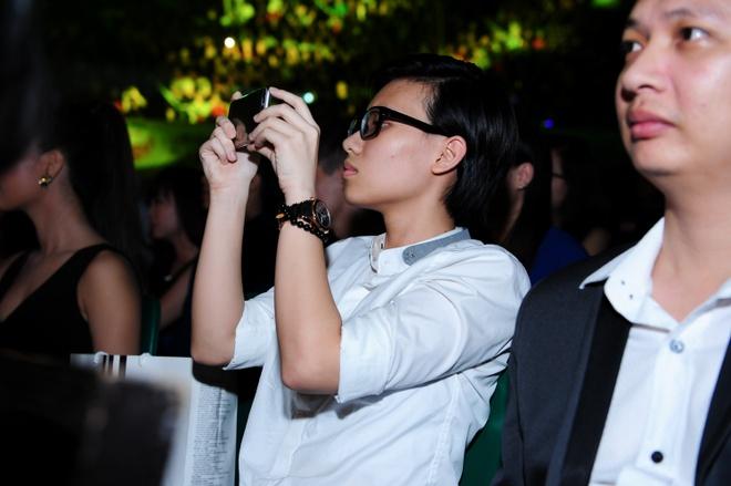 Tien Cookie ho tong Bich Phuong di dien hinh anh 7 Tiên Cookie chăm chú theo dõi màn trình diễn của Bích Phương và dùng điện thoại ghi lại những hình ảnh của cô bạn trên sân khấu.