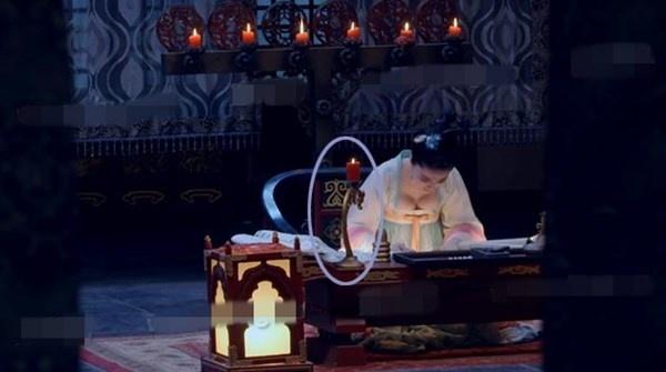 Nhat san phim ve Vo Tac Thien cua Pham Bang Bang hinh anh 1 Cây để nến lúc đầu nằm trên mặt bàn...