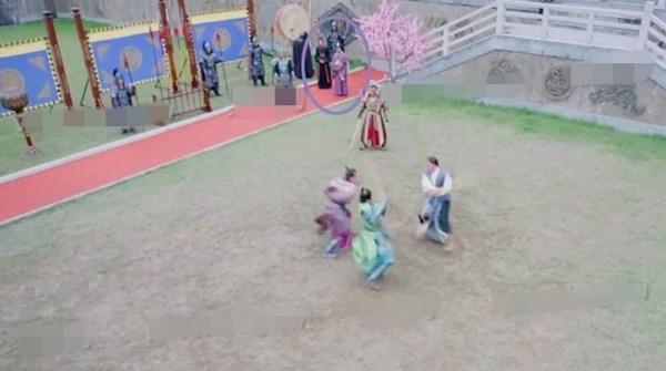 Nhat san phim ve Vo Tac Thien cua Pham Bang Bang hinh anh 9 Trong cảnh quay Lý Thế Dân (Trương Phong Nghị) đấu võ với các con trai,  có hai thái giám đứng trên phần thảm đỏ.