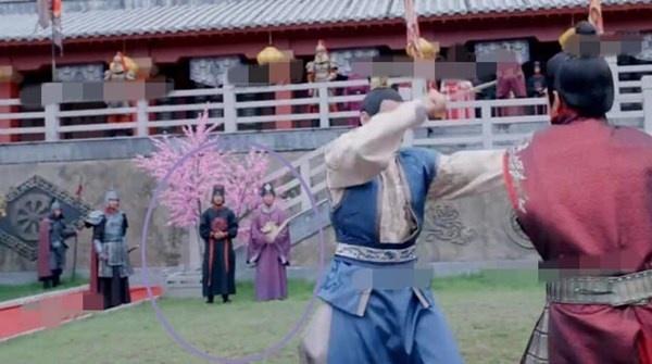 Nhat san phim ve Vo Tac Thien cua Pham Bang Bang hinh anh 10 ...khi đổi góc máy, hai thái giám này đứng trên sân cỏ.