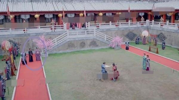 Nhat san phim ve Vo Tac Thien cua Pham Bang Bang hinh anh 11 ...đổi lại góc máy, hai thái giám vẫn đang đứng trên thảm đỏ.
