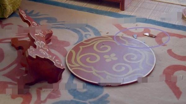 Nhat san phim ve Vo Tac Thien cua Pham Bang Bang hinh anh 15 Trong phân cảnh chiếc gương bị đổ, khán giả nhìn thấy các mảnh kính trên sàn nhà.  Tuy nhiên theo lịch sử, thời Đường vẫn sử dụng gương bằng đồng, còn gương  làm bằng kính chỉ được sử dụng rộng rãi từ sau đời nhà Minh.