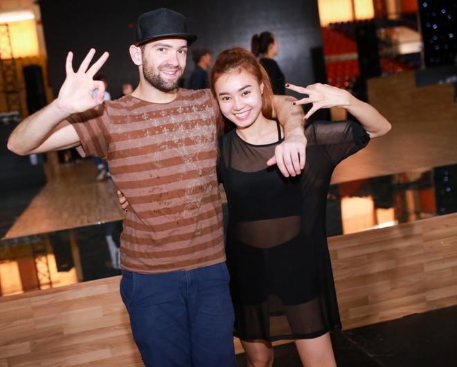 Ninh Dương Lan Ngọc cùng Daniel sẽ hóa thân thành hai nhân vật Lụa và Lố trong bộ phim Lan Ngọc từng tham gia, Vừa đi vừa khóc. Cả hai sẽ diễn lại một phân đoạn hài hước trong phim trên nền điệu Freestyle và Samba.