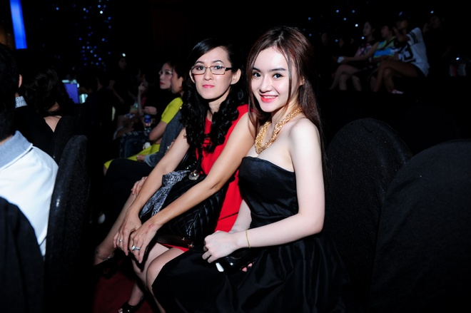 Em gai Angela Phuong Trinh khoe vai tran di co vu chi hinh anh