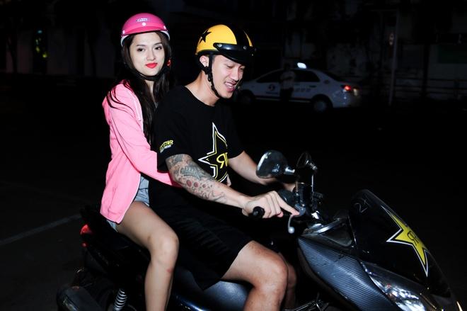 Huong Giang Idol duoc ban trai dua don bang xe may hinh anh