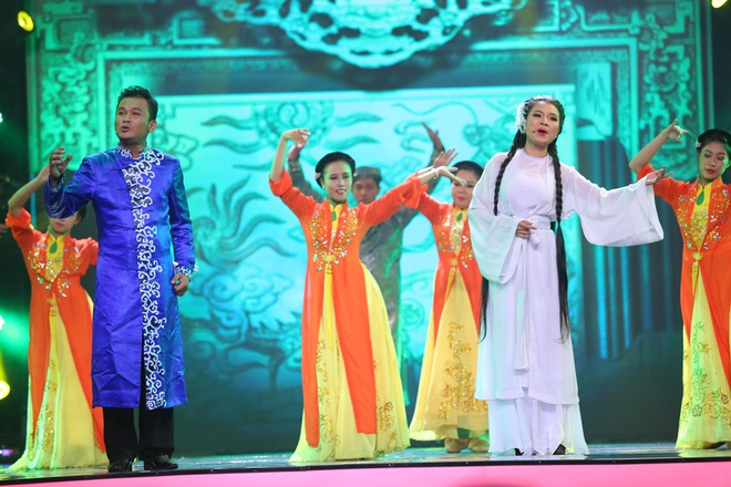 Viet Huong nhay vu dieu cong chieng cua Toc Tien hinh anh 10 Hữu Quốc và Ngọc Đợi trình diễn đoạn ca trích cải lương làm nức lòng người xem. Họ nằm trong top 3 hạng mục Nghệ sĩ cải lương được yêu thích cùng NSU7T Phượng Loan.
