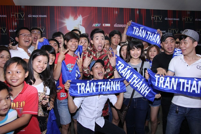 Viet Huong nhay vu dieu cong chieng cua Toc Tien hinh anh 7 Trấn Thành hạnh phúc trong vòng vây người hâm mộ.
