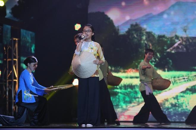 Viet Huong nhay vu dieu cong chieng cua Toc Tien hinh anh 11 Ngoài 15 nhân vật được đề cử còn có phần trình diễn của các khách mời. Phương Mỹ Chi thể hiện ca khúc Về miền Tây