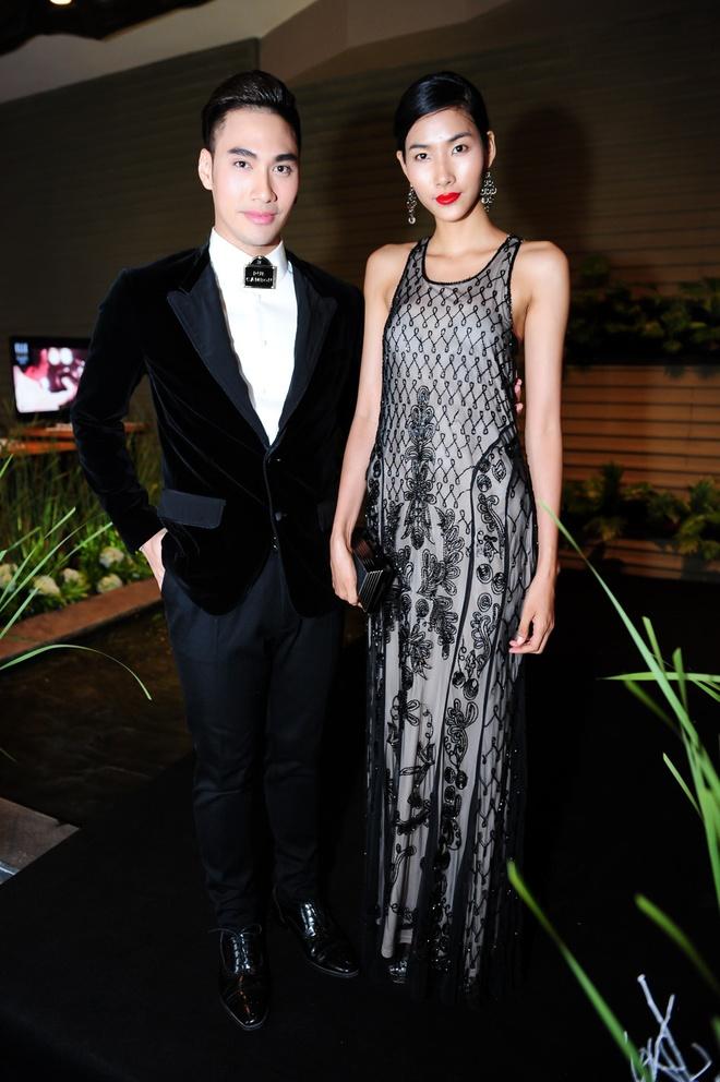 Dan sao Viet khoe dang tren tham do Elle Awards hinh anh 17 Hoàng Thùy khoe vóc dáng thanh mảnh trong bộ váy 2 dây, các họa tiết được thêu tinh tế, mang màu sắc pha trộn giữa cổ điểm và hiện đại.