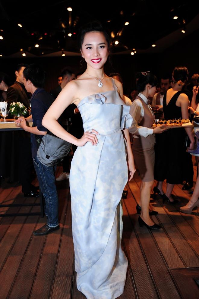 Dan sao Viet khoe dang tren tham do Elle Awards hinh anh 7 Á hậu Hoa hậu Hoàn vũ Việt Nam 2008 Dương Trương Thiên dù đã sinh con thứ 2 vẫn giữ được vóc dáng mảnh mai. Cô mang đến bộ váy thiết kế nhẹ nhàng, bay bổng màu xanh, điểm nhấn là phần bèo nhún trước ngực.
