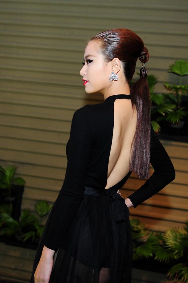 Dan sao Viet khoe dang tren tham do Elle Awards hinh anh 5 Phần sau váy được khoét sâu hở lưng. Gương mặt của người đẹp cũng được trang điểm sắc sảo, ấn tượng.
