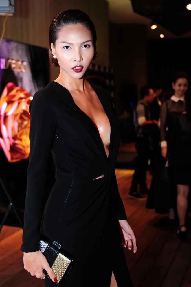Dan sao Viet khoe dang tren tham do Elle Awards hinh anh 14 Minh Triệu vừa sexy, vừa mạnh mẽ, huyền bí trong bộ váy đen khoét sâu phần ngực. Phần tà được xẻ cao giúp cô khéo léo khoe đôi chân thon dài.