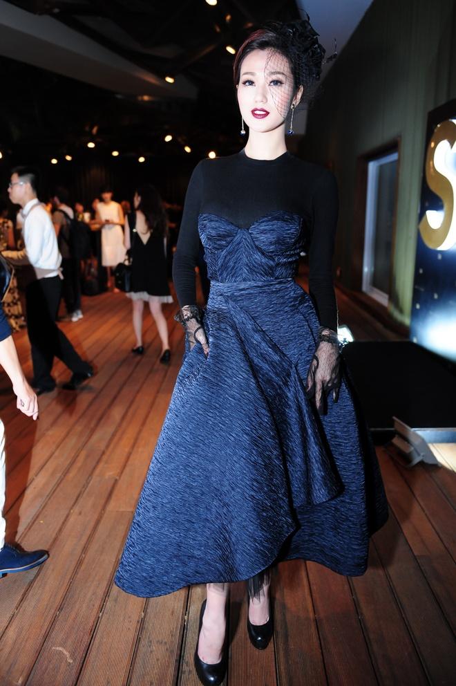 Dan sao Viet khoe dang tren tham do Elle Awards hinh anh 16 Khánh My bí ẩn trong bộ đầm chữ A, phần thân trên thiết kế ấn tượng. Cô chọn chiếc mũ mang hơi hướm quý tộc để điểm xuyết cho bộ trang phục của mình.
