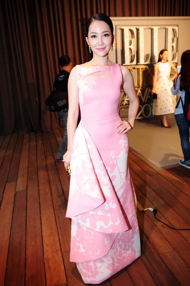 Dan sao Viet khoe dang tren tham do Elle Awards hinh anh 9 Bà mẹ một con Linh Nga khoe nét đẹp mặn mà, đằm thắm khi chọn thiết kế in hoa văn hoa nữ tính của nhà thiết kế Phương My.