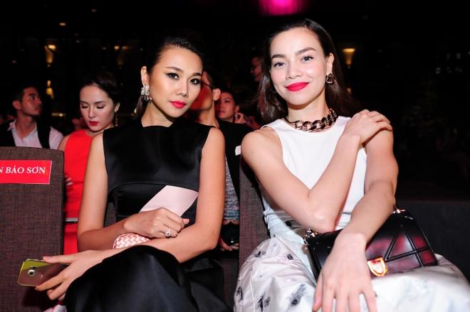Dan sao Viet khoe dang tren tham do Elle Awards hinh anh 3 Đôi bạn thân của showbiz Việt chứng tỏ sức hút mãnh liệt của mình khi cùng nhau sải bước trên thảm đỏ của các sự kiện, giải thưởng.