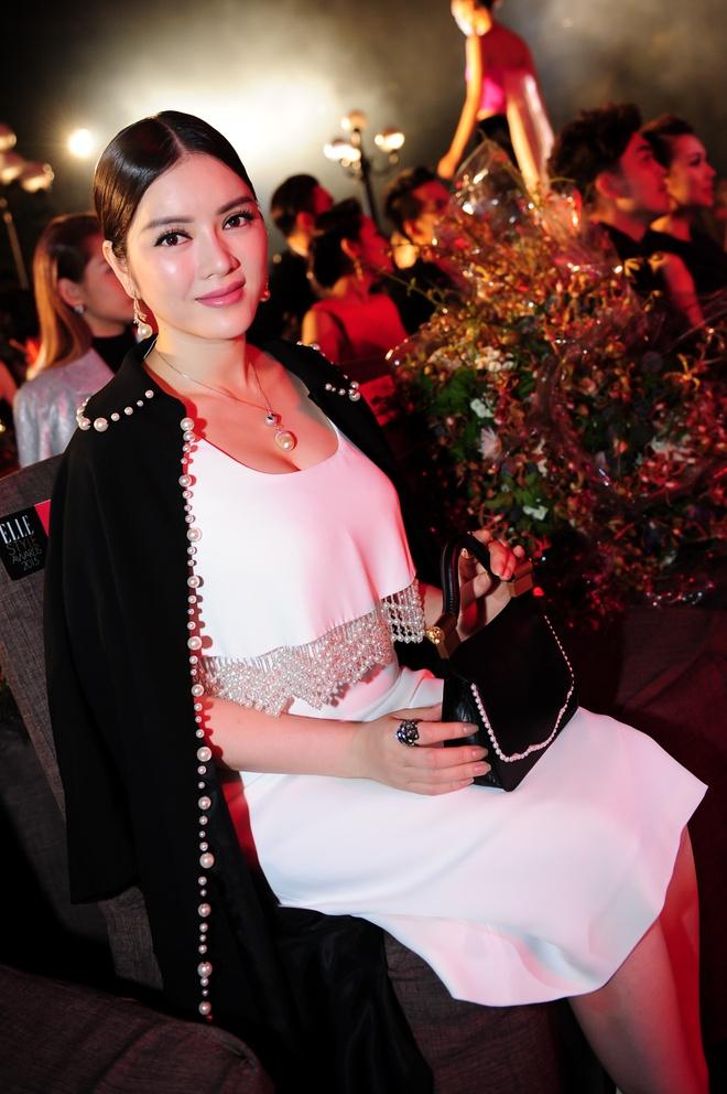 Dan sao Viet khoe dang tren tham do Elle Awards hinh anh 4 Lý Nhã Kỳ thể hiện style ăn mặc sang trọng, ra dáng của quý bà thành đạt. Điểm nhấn là từng hạt ngọc trai được kết tỉ mỉ trên trang phục.