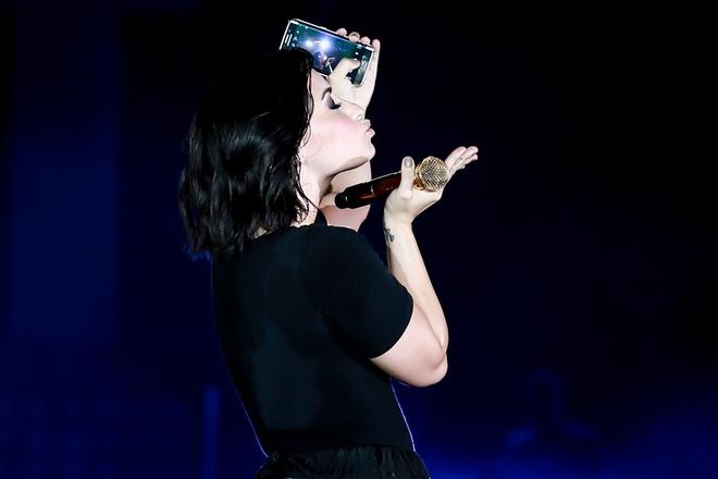 Demi Lovato hon gio, chup hinh selfie tren san khau Sai Gon hinh anh