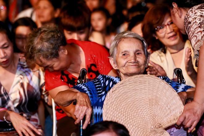 Khan gia chay len san khau 'vai lay' My Linh hinh anh 12 Dù lượng khán giả không đông như lần tổ chức vào năm ngoái, nhưng vẫn đầy ắp tình cảm và sự chân thành của những tín đồ nhạc Trịnh.
