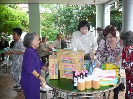 Nghe si lan dan tuoi 'xe chieu' hinh anh 2 NSƯT Minh Vương, NSND Lệ Thủy mang quà đến thăm Khu dưỡng lão nghệ sĩ TPHCM.