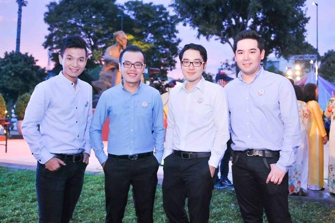 Toc Tien an mac goi cam ve tham truong xua hinh anh 10 4 chàng trai nhóm Ve sầu tái hợp trong buổi kỷ niệm. Họ cũng có một thời nổi tiếng và được khán giả trẻ yêu mến.