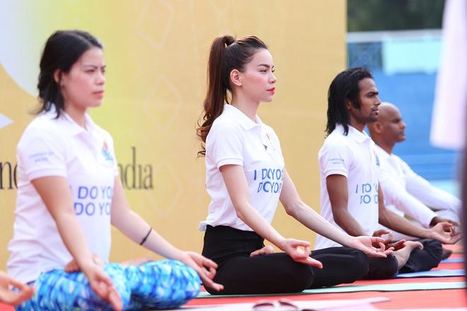 Ho Ngoc Ha  tap yoga cung nguoi dan Sai thanh hinh anh