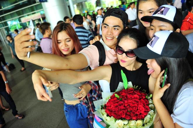 Thu Phuong duoc fan vay kin o san bay hinh anh