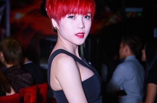 Ban gai Son Tung M-TP mac ho di chuc mung Thao My hinh anh