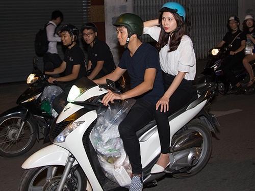 Vo chong Luu Huong Giang di xe may phat com giua dem hinh anh